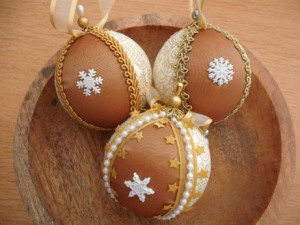 gold snowflake baubles